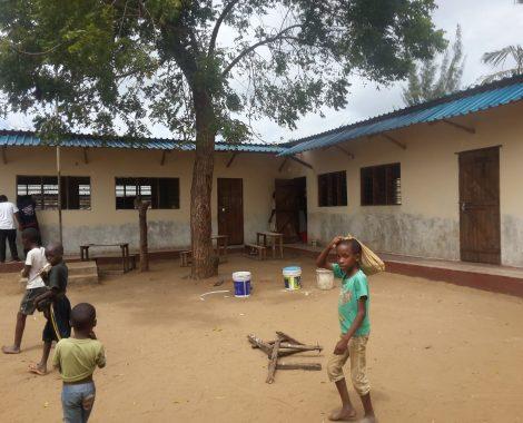 14 agosto - iniziamo ad intonacare le pareti esterne delle ultime 3 aule costruite